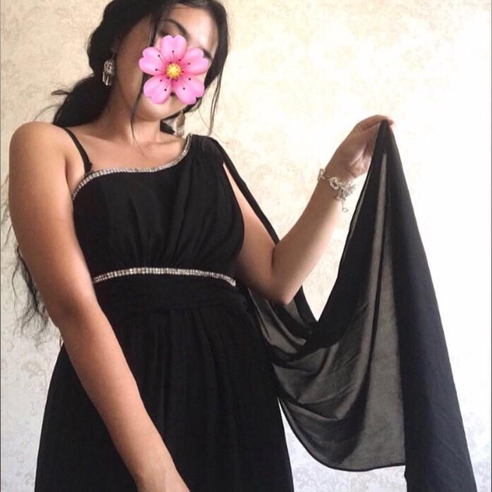 Продаю платье со шлейфом от плеча размер м . Photo 0