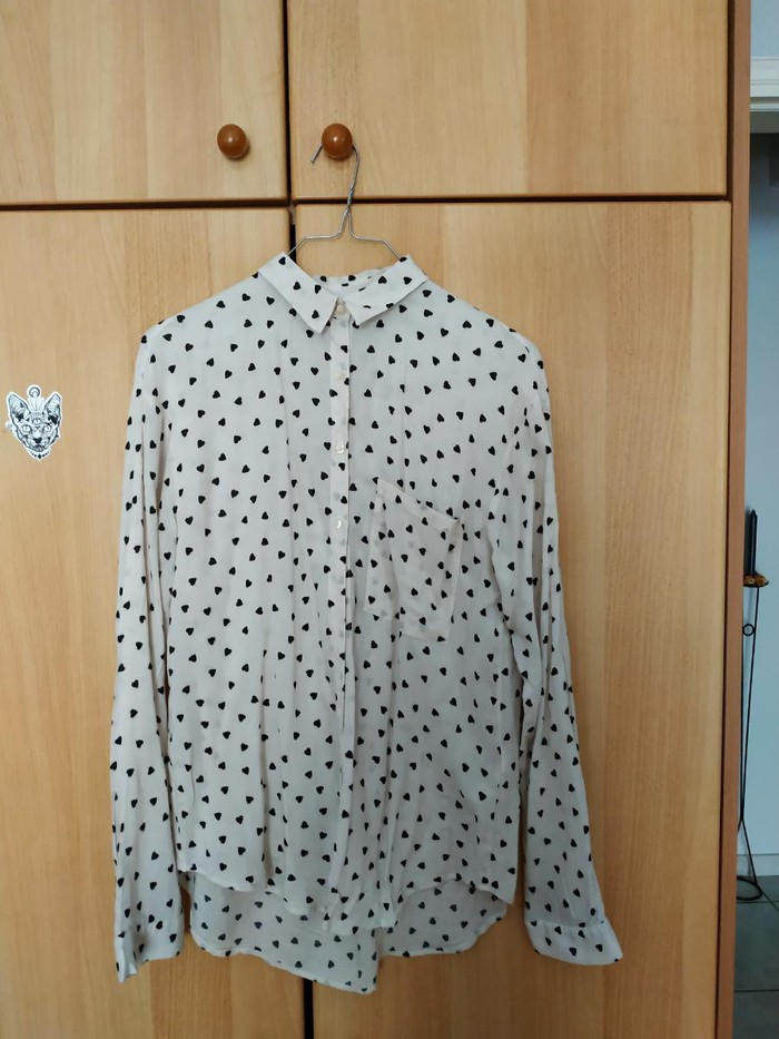 Woman's shirt size small pull and Bear. Photo 1