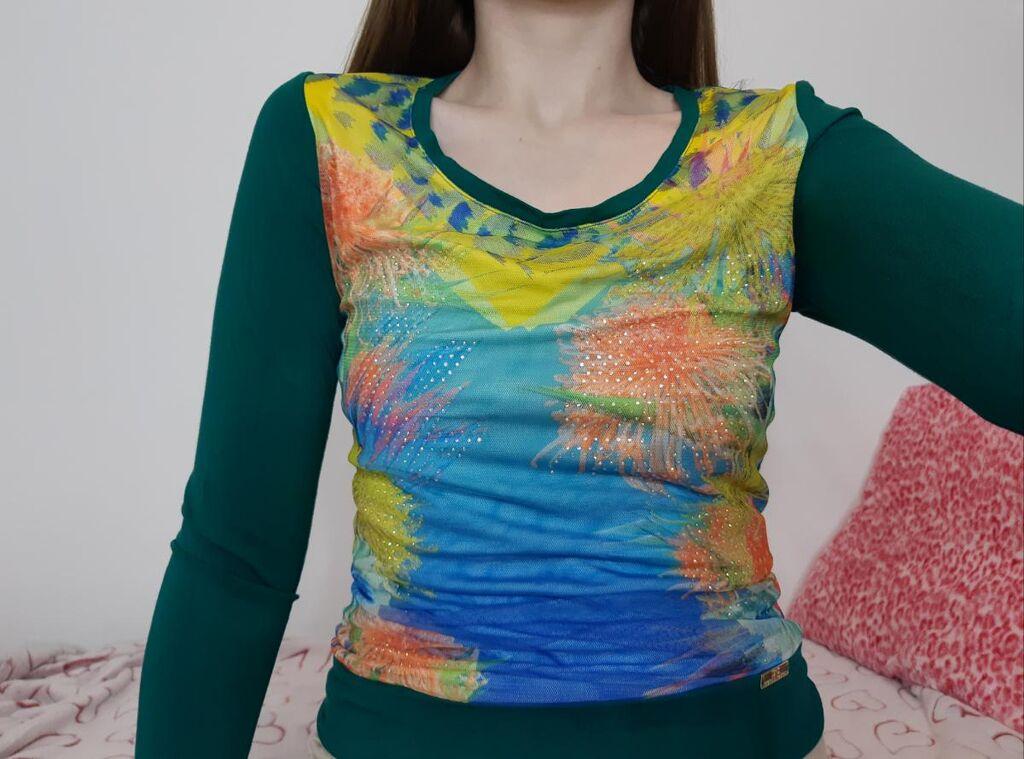 Tamno zelena bluza sa cvetnim printom i cirkonima i mrezastim delom sa prednje strane
