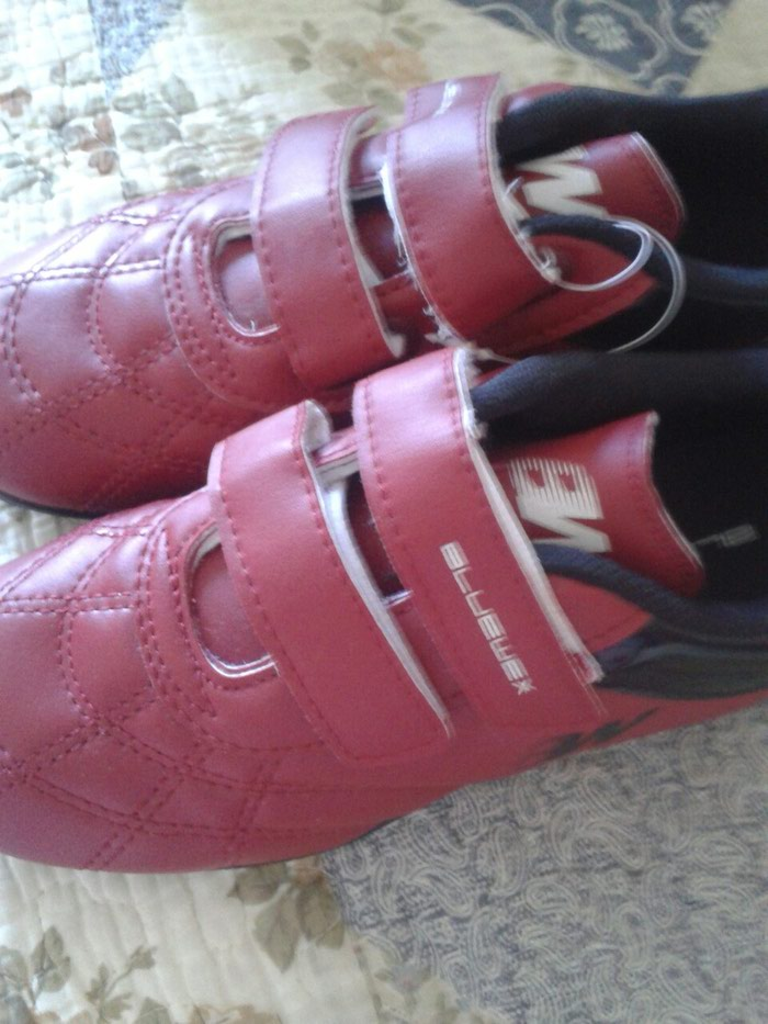 592572f9 футбольные кроссовки на мальчика новые 32-33 размер за 600 KGS в ...