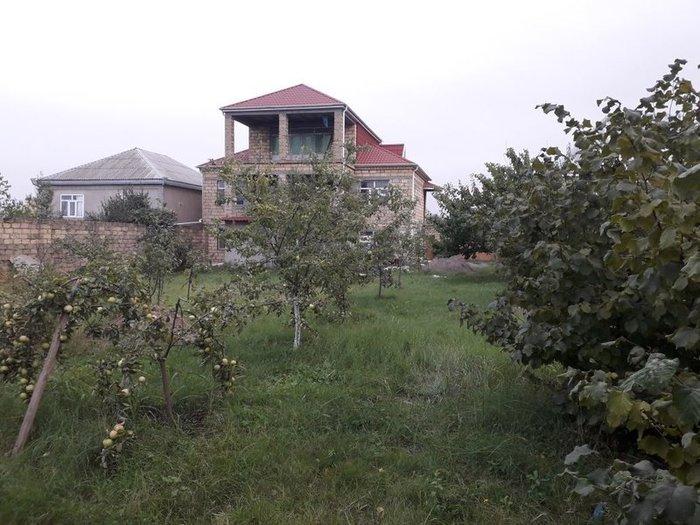 Quba şəhərində Quba şəhəri timiryazayev küçəsinde yerləşən 3 mərtəbəli ev