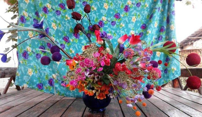 Большой букет искусственных цветов с вазой