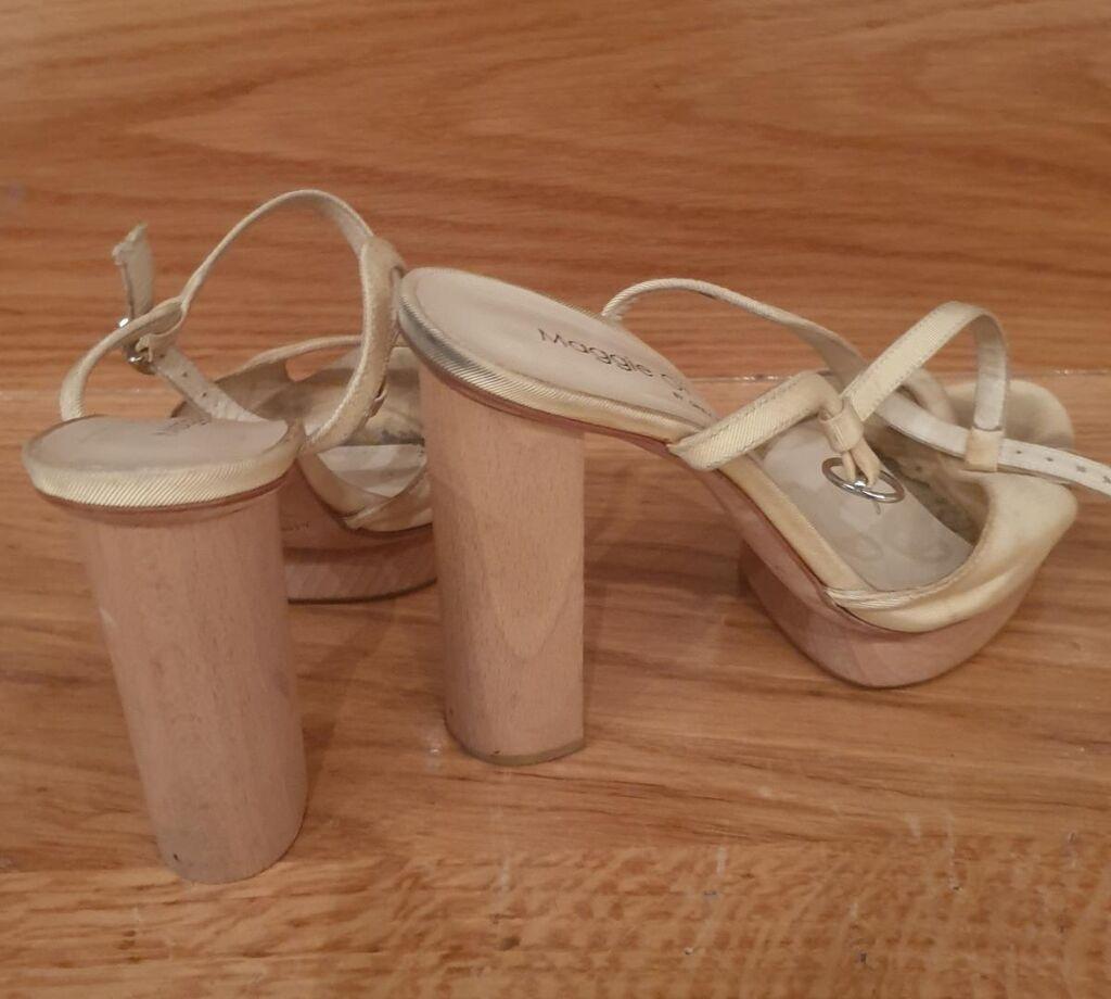 Maggie Gi by Grey Mer bez boje kozne sandale, vezuju se oko zgloba, imaju drvenu stiklu