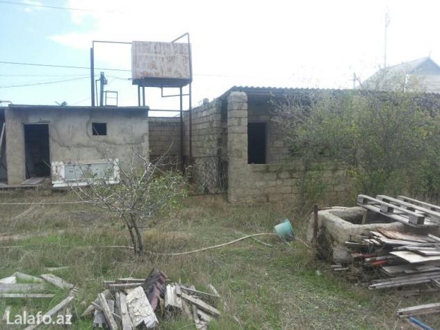 Bakı şəhərində Salam xezer rayonun zire qesebesinde heyet sahesi satilir yeyette ev