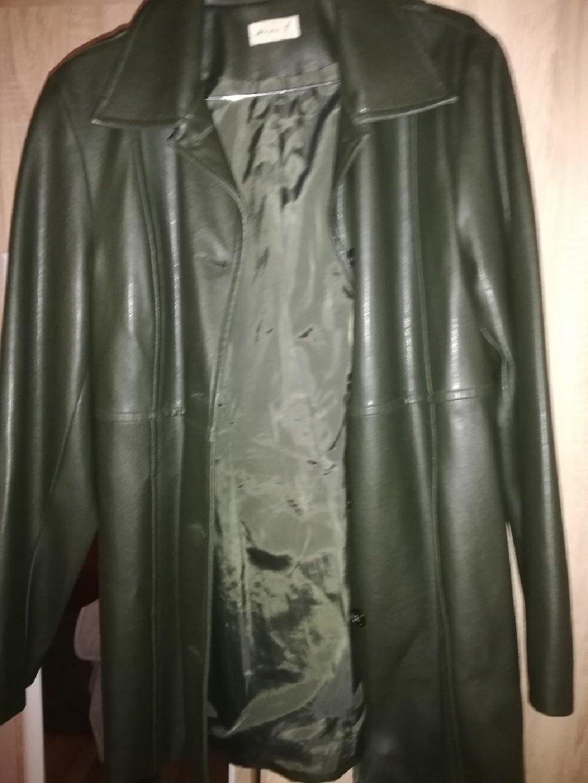 Mantil imitacija kože, prelepo stoji, L neki manji xL, jakna  markirana iz Nemacke donesena  kajsija boje ,kajsija 2000