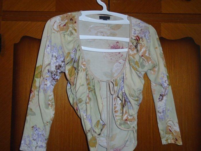 Košulje i bluze - Beograd: Elegantan bolero nežnog, cvetnog dezena koji može lepo upotpuniti ili osvežiti neku odevnu kombinaciju, veličine s, očuvan