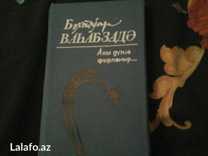 Bakı şəhərində Bextiyar Vehabzadenin sher kitabi.Axi dunya firlanir...