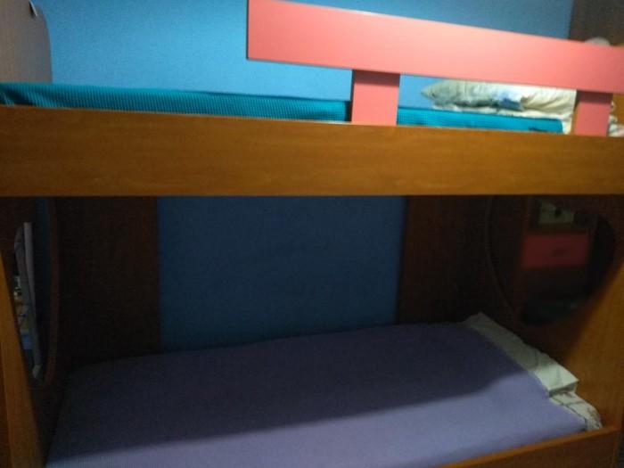 Κουκετα με σκαλα σε άριστη κατάστασης δίνεται χωρίς στρώματα και δύο βιβλιοθήκες