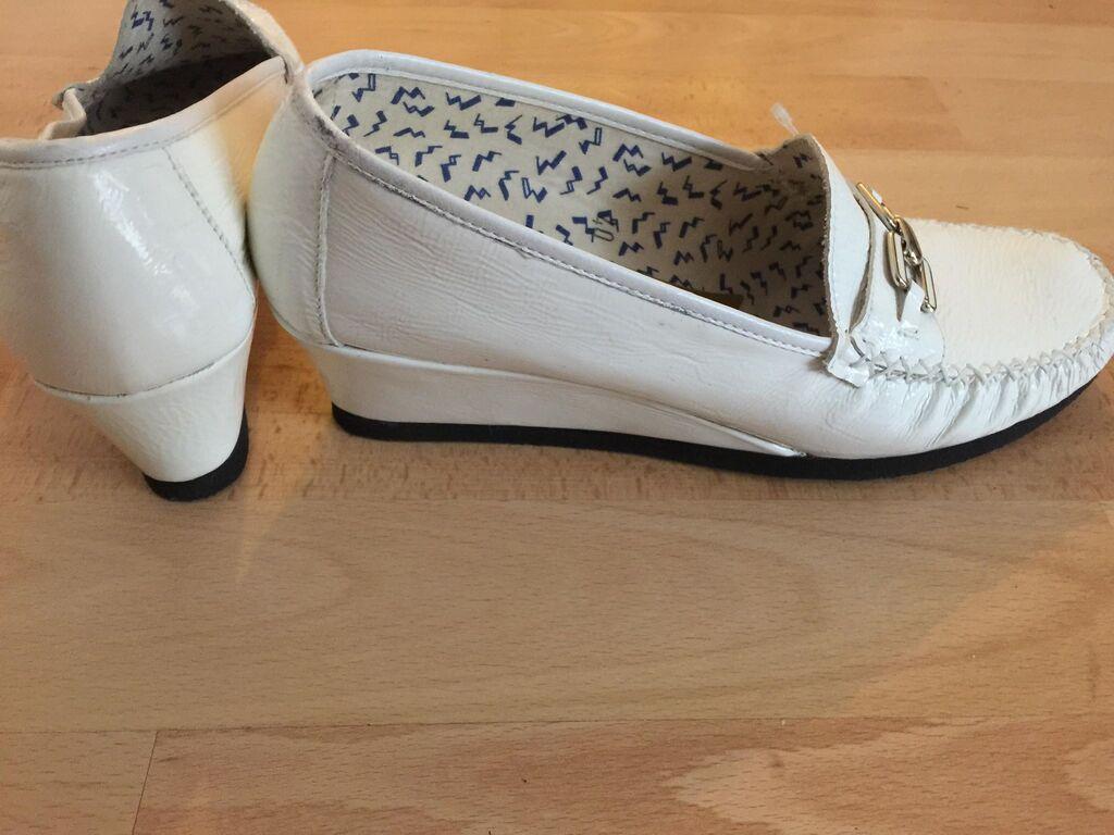 Prelepe nove elegantne italijanske kozne cipele od prirodne, jako mekane bele lakovane koze