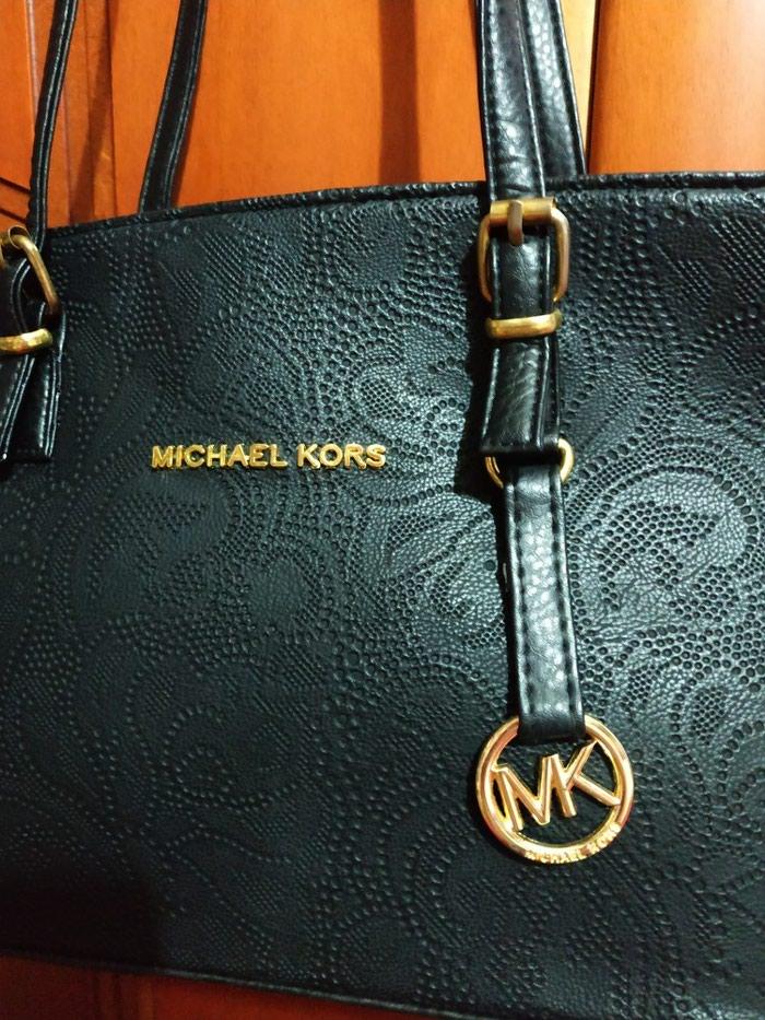 Τσάντα ανάγλυφη, μαύρη Michael Kors απομίμηση. Photo 3