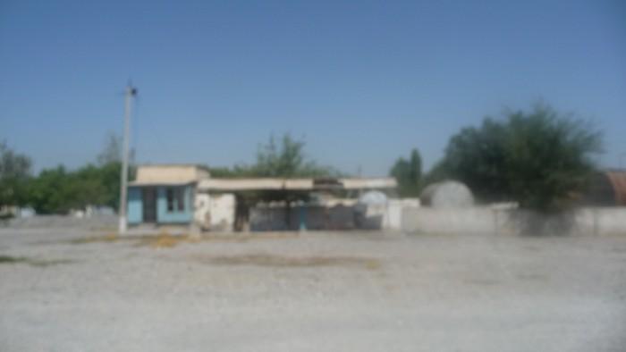Продаётся земельный участок (4,6га) с более 20 постройками разного размера и объёма в Зафарабадском районе, селение Ёшлик
