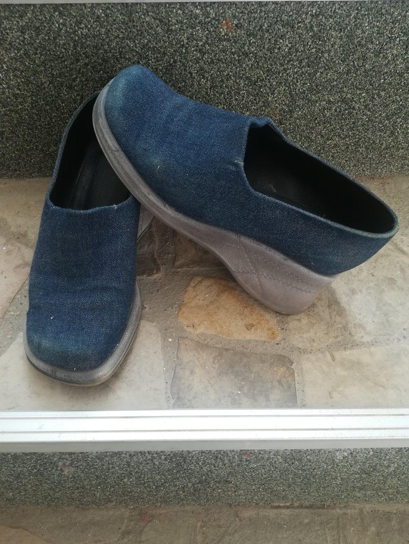 Udobne cipele materijal kao od texasa, vel 38, duž gazišta 25 cm, nošene, mane se vide na slici