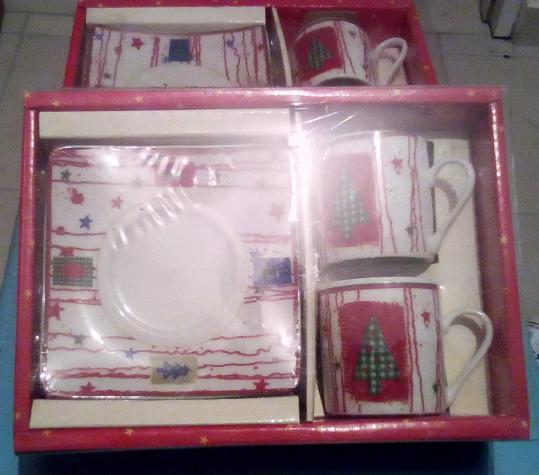Συσκευασία με 2 χριστουγεννιάτικα φλυτζανάκια - 2 συσκευασίες, 6 ποτηράκια ανάγλυφα καφέ, 3 φλυτζάνια τσαγιού με 5 πιατάκια Η τιμή για κάθε περιγραφή