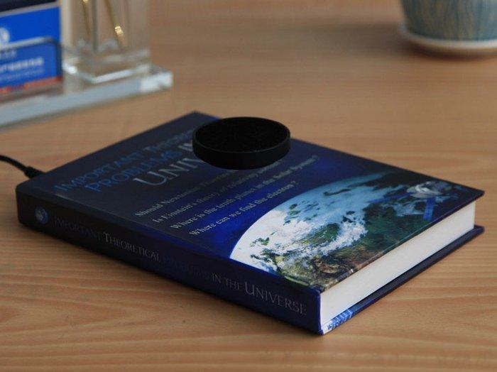 Магнитная подставка для сувениров - врашаюшаяется на расстоянии 2-3 см от книги, можно ставить предметы до 400 гр