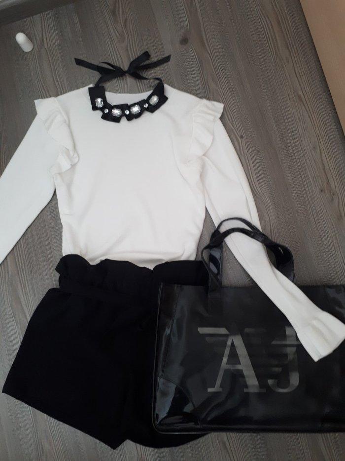 Μπλουζα λευκη με ελαφρυ φραμπαλα στους ωμους και στα μανικια. Απο πολυ σε Αθήνα