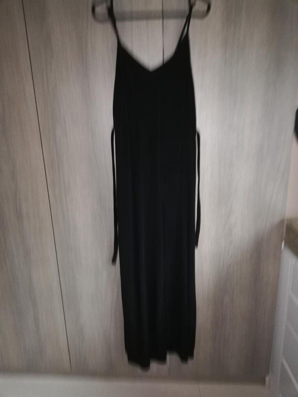 Μαύρη ολωσωμη φόρμα με λεπτες τιράντες και βελούδινη ζώνη