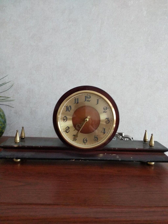 Продаю часы советские 1500 сом и 700 сом.механические