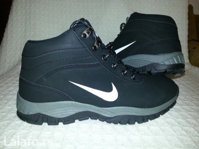 Nike muske cipele odlicnog kvaliteta! Cipele su dostupno u brojevima od 41-46! Svaki par cipela ima svoju originalno kutiju(vidi se na slikama)