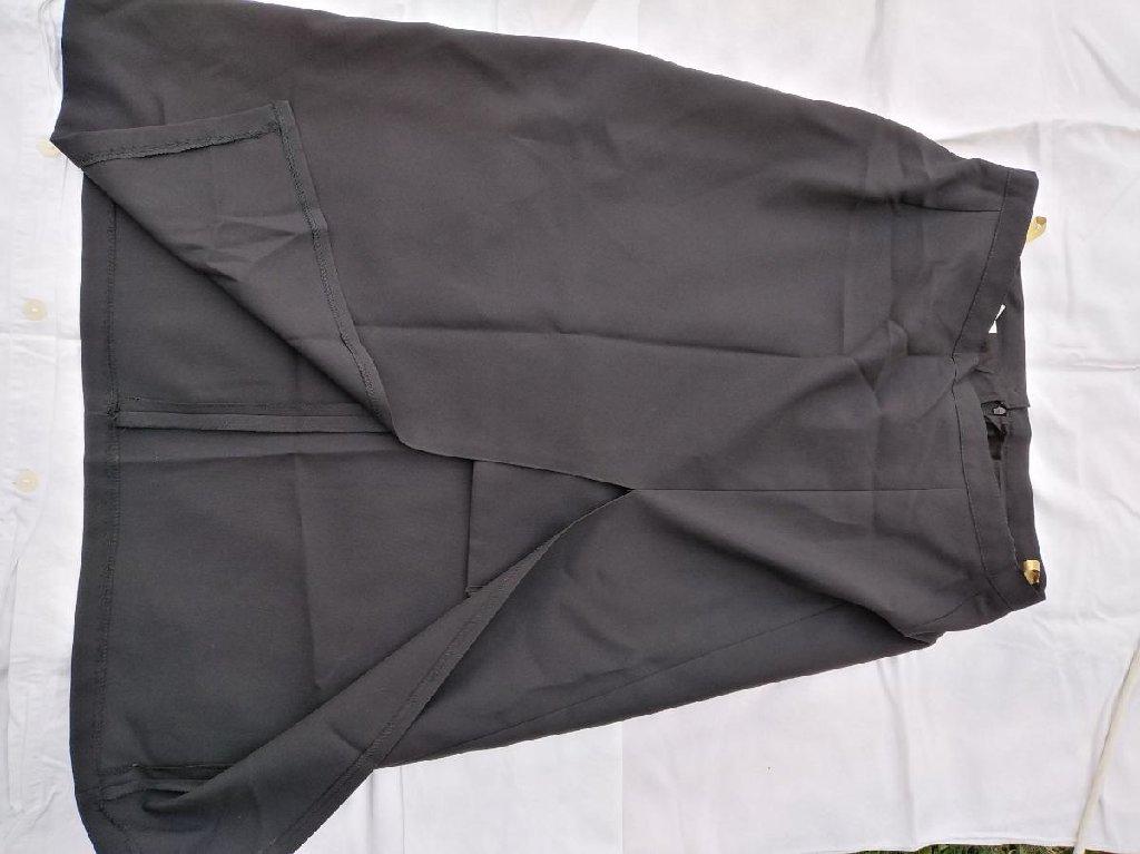 Suknja veoma moderna, veliki šlic i ispod kratka postava, vidi slike, nije nošena