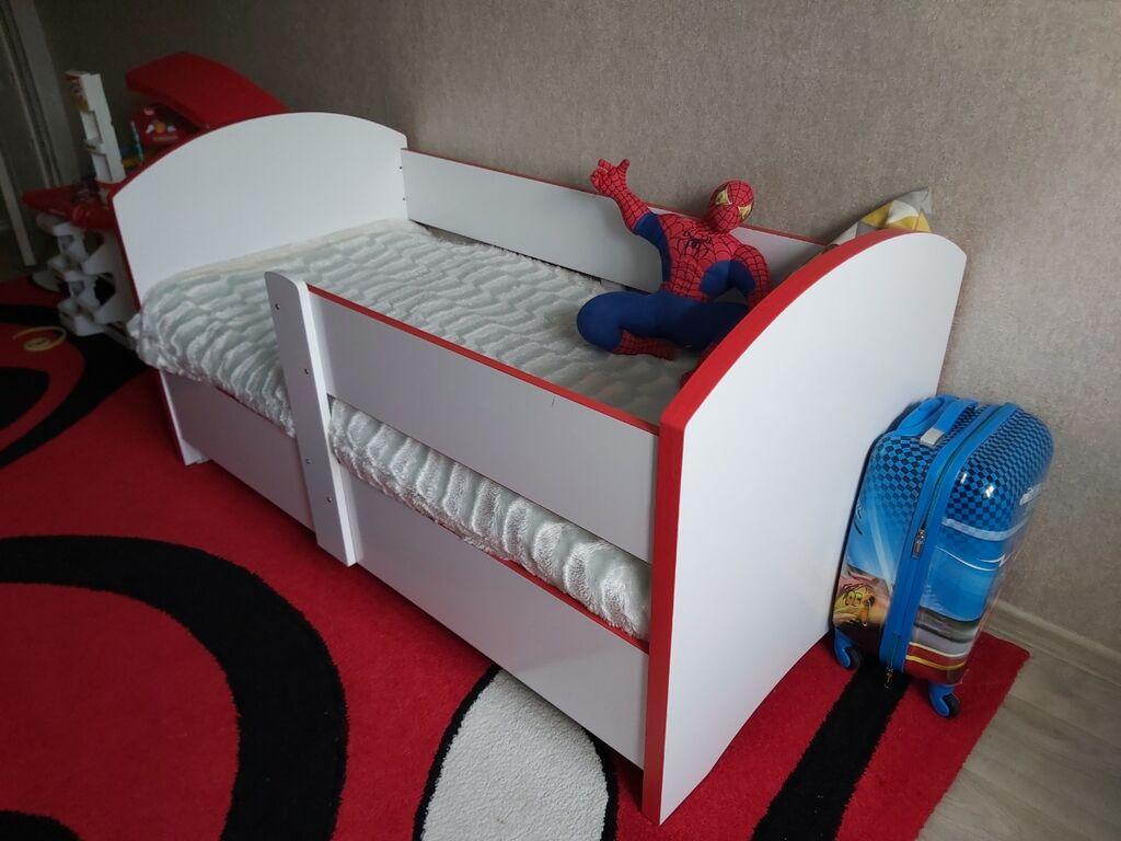 Продаю 2 детские кроватки с матрасом и постельным  Дети маленькие на них не спали , спали со мной