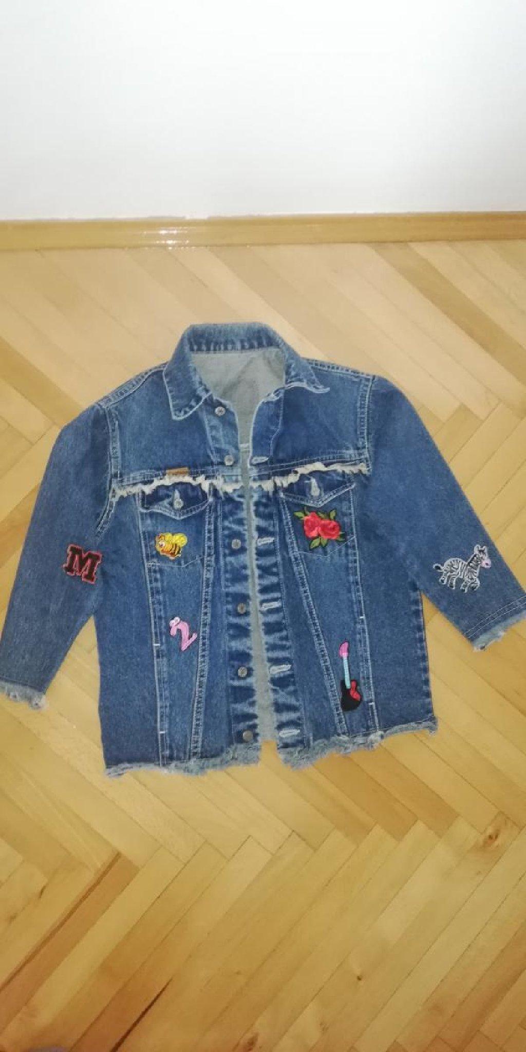 Jakna vel. 6/8 U extra stanju jaknica sa stikerima