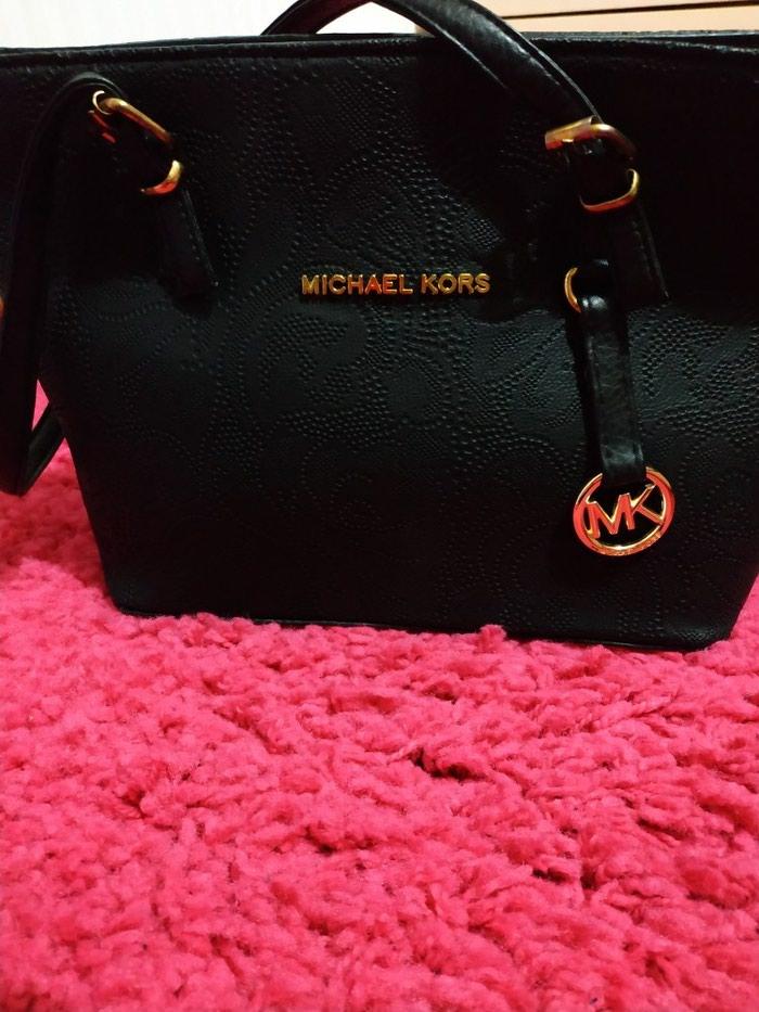 Τσάντα ανάγλυφη, μαύρη Michael Kors απομίμηση. Photo 1