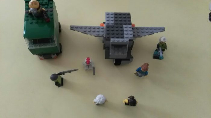 7 χαρακτήρες lego και 2 οχήματα lego (ένα σε Αθήνα