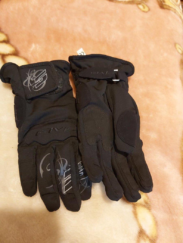 Γυναικείο μπουφάν και γάντια μηχανής