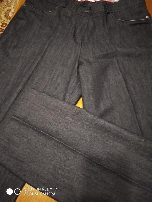 Crna zenska pantalona na ivicu napred I pozadi, uradjena kao dzins pantalona sa ukrasenim dzepovima, br