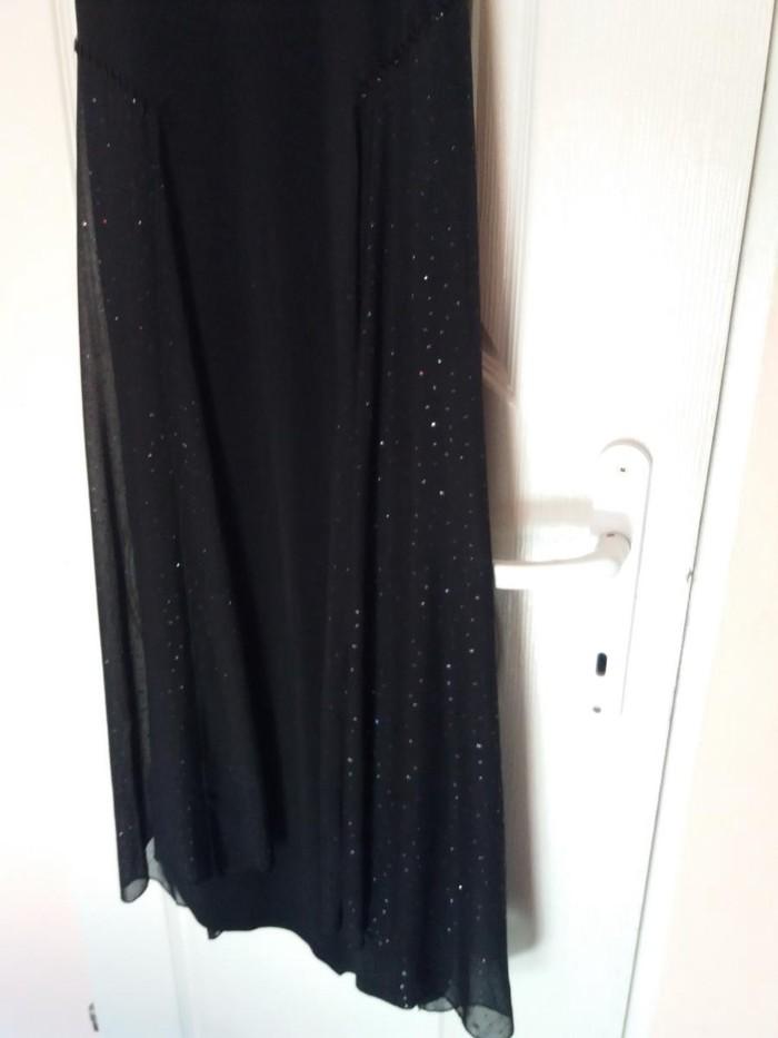 Haljina ispod kolena crna sa ubacenim tilom sa strane.velicina m