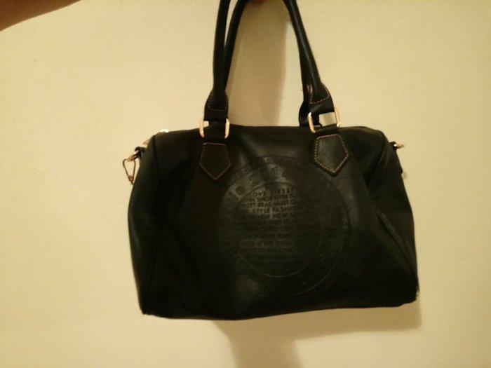 Ευρύχωρη τσάντα τύπου δερμάτινη με Λουράκι στο πλάι. Photo 1