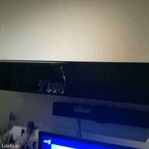 Πωλείται μεγάλη σύνθεση τηλεόρασης με γυάλινη επιφάνεια και 6 συρτάρια μαζί με 2 επιτοίχια ράφια σε άριστη κατάσταση