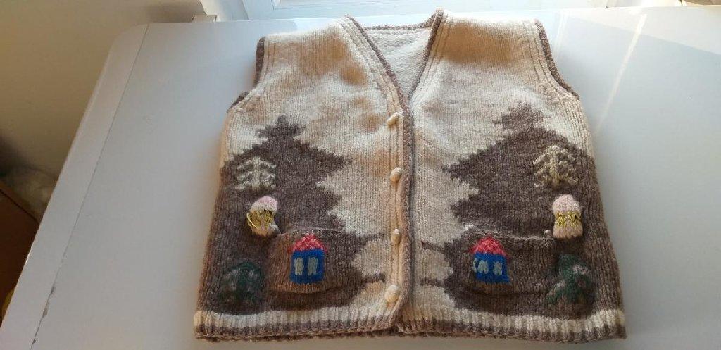 Na prodaju vuneni prsluk Sirogojno u odlicnom stanju, prsluk je od ciste vune i veoma je ocuvan, malo je koriscen