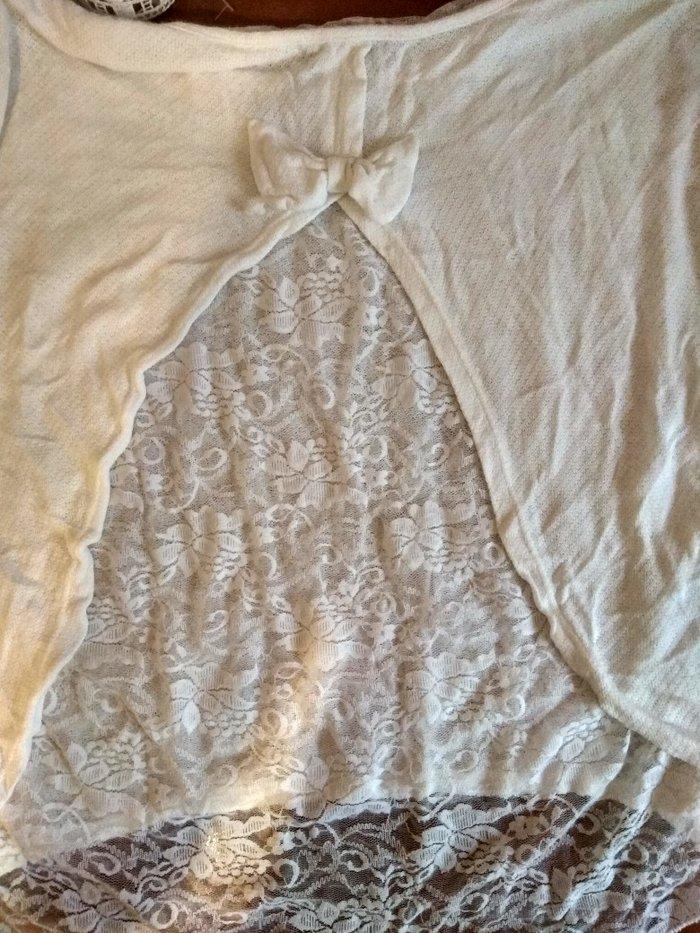 Λευκή μπλούζα με δαντέλα και φιόγκο. Photo 2