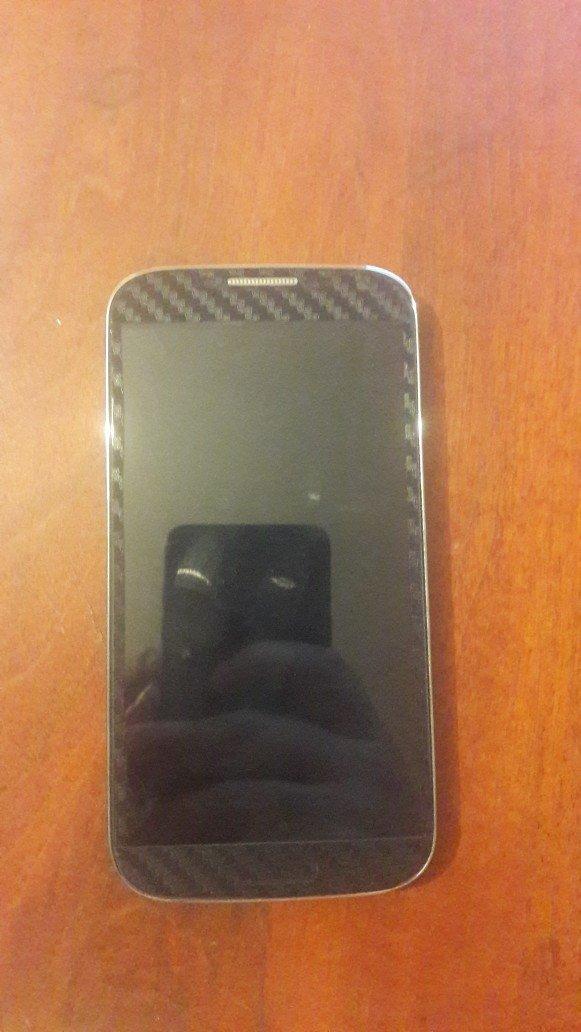 Bakı şəhərində Samsung galaxy s4(9500). Telefonun ekraninin kantlari getmeyib ama kor
