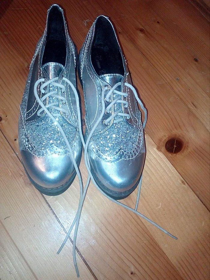 Srebrne cipele oxfordice  oštećenje se vidi na slici (nekoliko linijic - Beograd