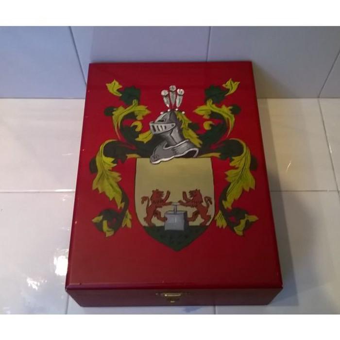 Πολύ όμορφο ξύλινο κουτί ( μάλλον ζωγραφισμένο στο χέρι )