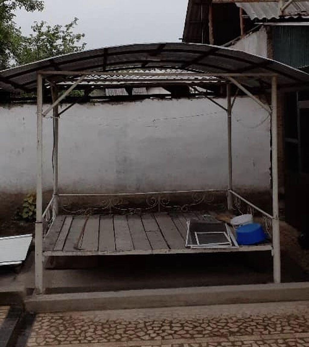Тапчан (сору) сатылыт размер 2,50х2,30 крышасы жабылган, полу бар,   Адрес ошто