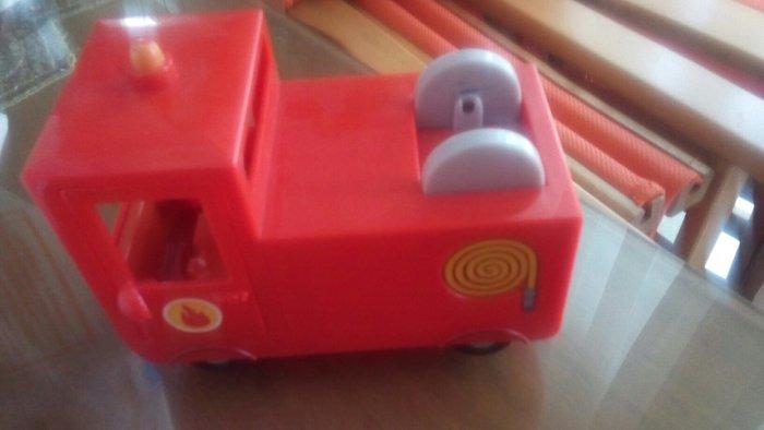 Κοκκινο πυροσβεστικο μαζι με πεππα με τη στολη πυροσβεσυη 5 ευρω
