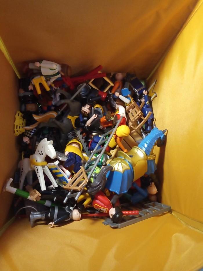 Παιχνιδια playmobil και  αξεσουάρ διάφορα όπως τα βλέπετε όλα μαζί ειναι πολλά διάφορες φιγουρες κανένα κάστρο ιπποτών