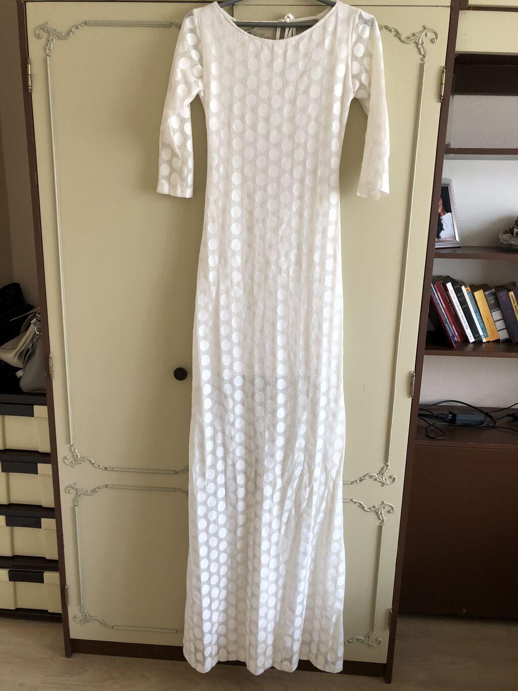 Ova lepotica je danas na snizenju svega 2000din! Prelepog kroja, ima postavu, gola ledja, duzina cele haljine je 160cm, ramena 40cm, duzina gde je samo cipka 75cm