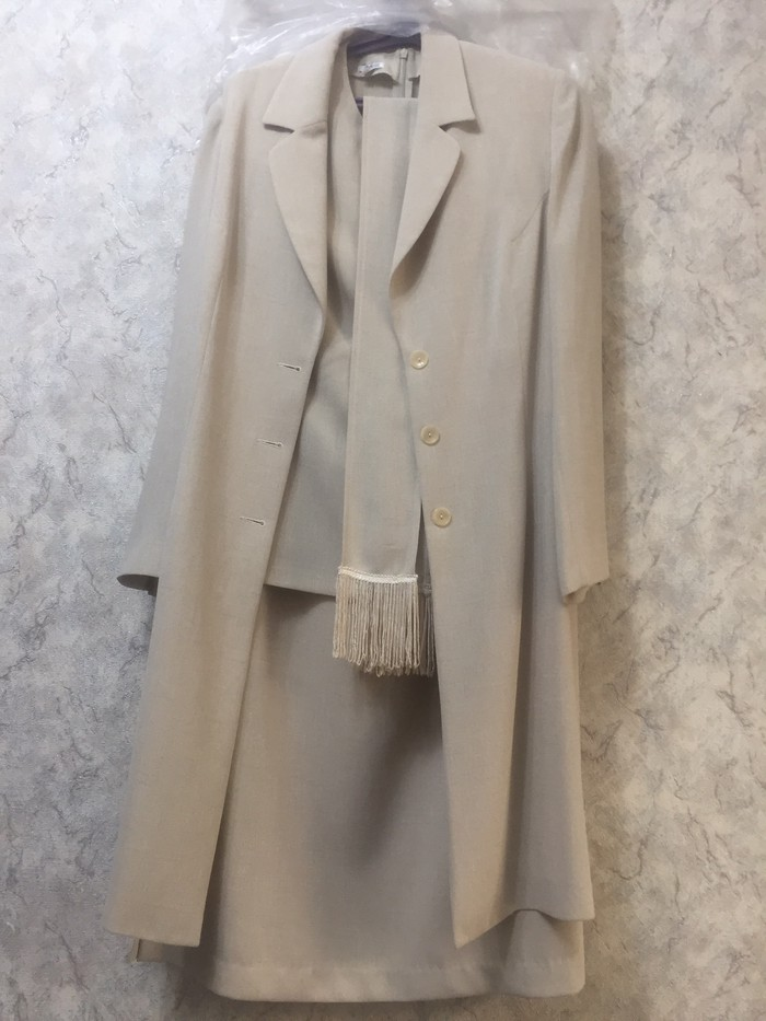 Продаю костюм тройка юбка длинная по  в отличном состоянии 46р . Photo 1
