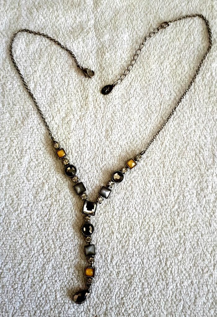 Κολιέ Accessorize με πέτρες και κρυσταλλάκια. Ρυθμιζόμενη αλυσίδα. σε Πιερία