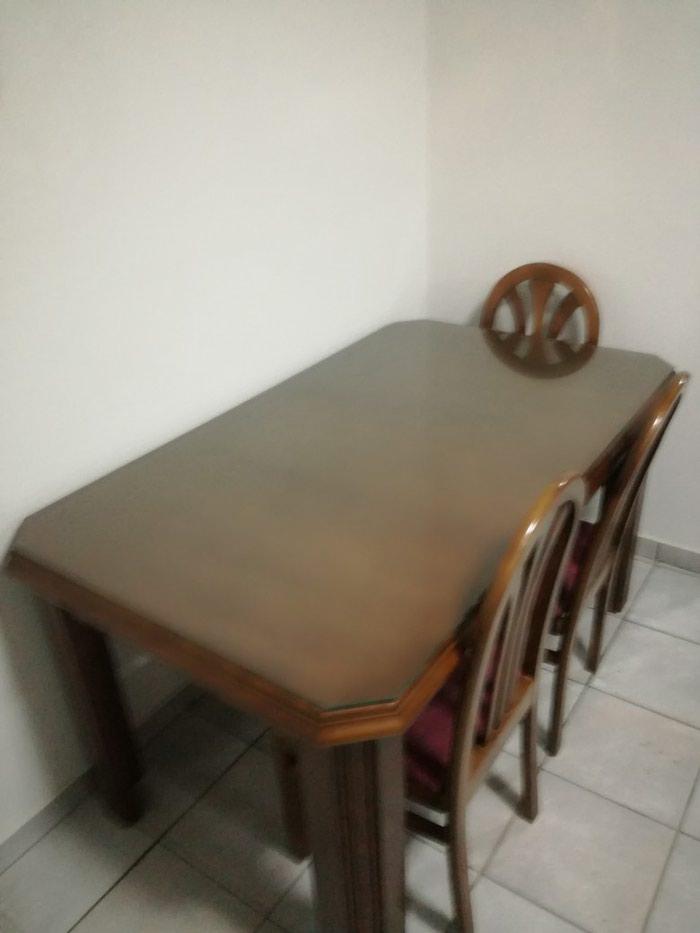 Πωλείται ξύλινη τραπεζαρία μαζί με 4 καρέκλες, ανοιγόμενη μαζί με τζάμι προστασίας