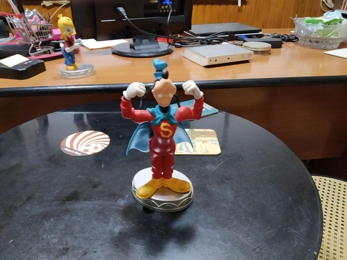 Super Goofy Statuette. Photo 1