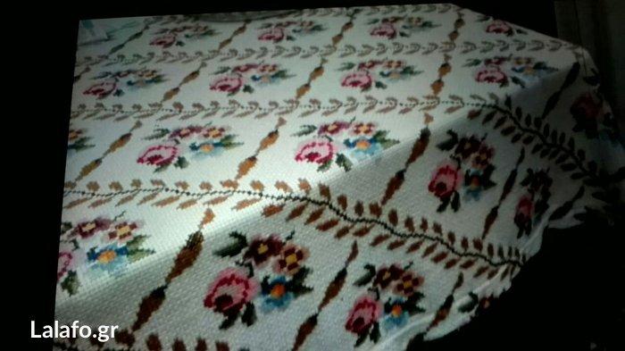 Κουβέρτα στο χέρι κεντημενη σε ψαθωτο εταμιν. 80 ευρώ Περαμα Αττικής