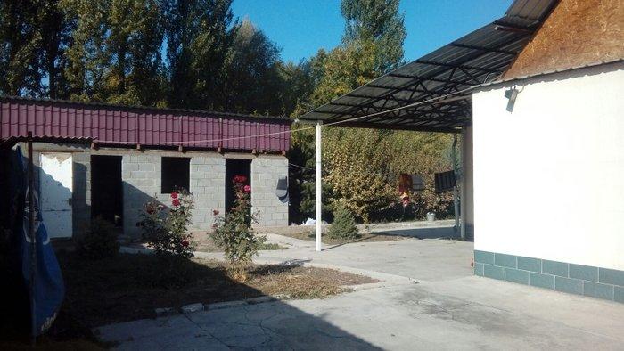 продаю дом 5 комнат участок 4 сотки в доме ванна туалет подключен прир в Бишкек