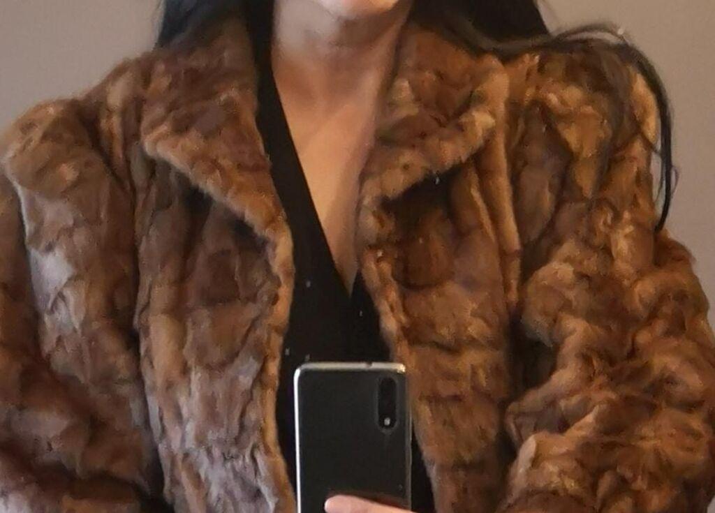 Na prodaju nova nekoriscena duga klasicna bunda od nerca