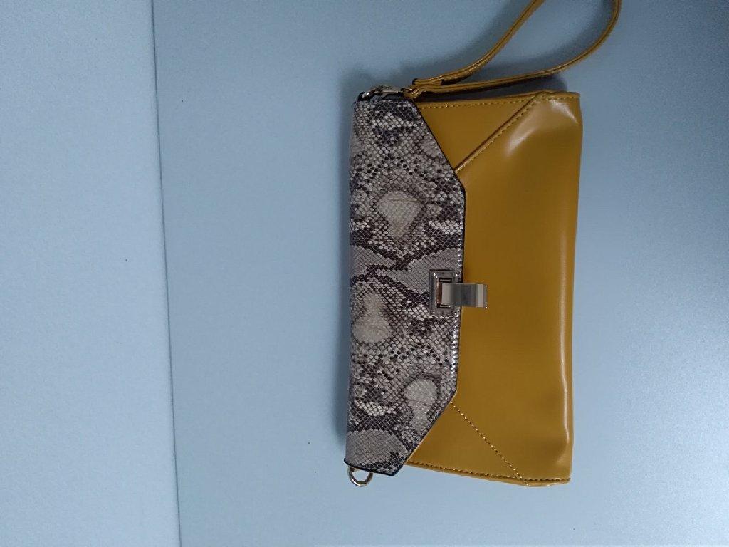 Kvalitetna torba David Jones bez mane  duzina 28 cm sirina 17 cm, cena 1300 din