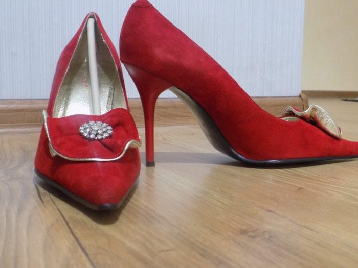 Продаю красивые красные туфли